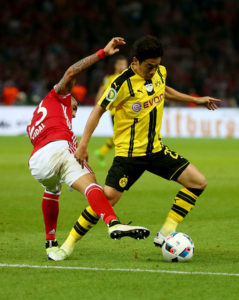 BERLIN, GERMANY - MAY 21: Shinji Kagawa (R) of Dortmund is challenged by Arturo Vidal (R) of Muenchen during the DFB Cup Final 2016 between Bayern Muenchen and Borussia Dortmund at Olympiastadion on May 21, 2016 in Berlin, Germany. (Photo by Alexander Hassenstein/Bongarts/Getty Images)