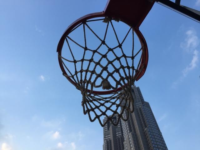 都庁とバスケットゴール